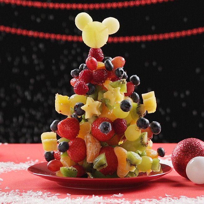 En estas fiestas, alegra la mesa con un postre tan llamativo como saludable en forma de árbol frutal de Navidad, coronado con Mickey. ¡Impresionante!