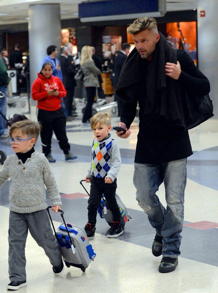 Ricky Martin junto a sus adorables hijos, Matteo y Valentino en el aeropuerto de Los Ángeles este domingo  The 42-year-old entertainer walked alongside Matteo and Valentino, who each wheeled their carry-on luggage. So cute!