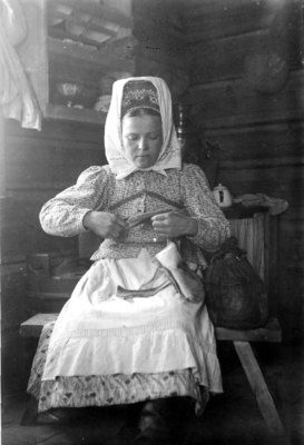 Sami woman Fetsi Sverdloff making shoes of reideerskin in Petsamo, Suonikylä year 1932. Photo: Karl Nickul