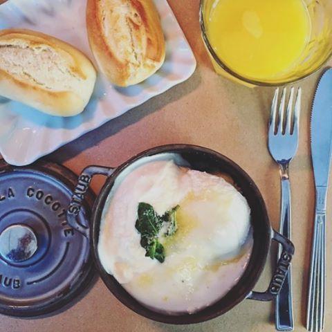 #regram via @the_lonely_goatherd In effetti cosa si può desiderare di più di uova e formaggio di capra per una domenica mattina piena di energie. #cocottemilano #cocotte #piazzacinquegiornate #milano #instafood #food #brunch #sundaymorning #uova #formaggiocapra #spremuta #panini