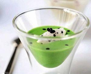 Zupa krem z zielonych szparagów ze śmietaną i kawiorem