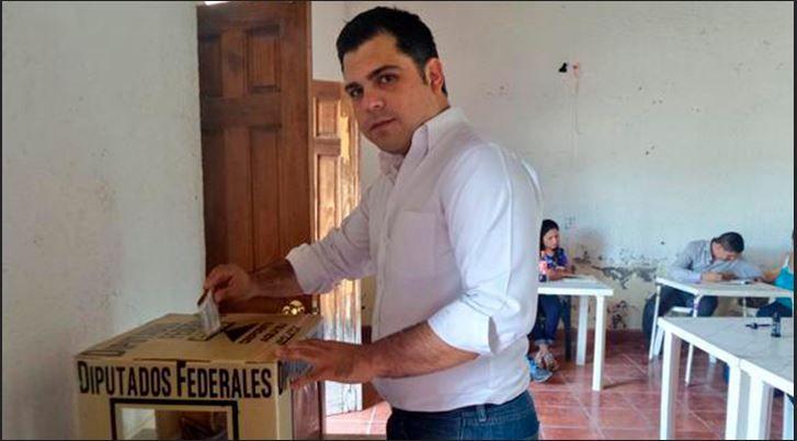 Por Armando Rodriguez Guerrero, Coah. El alcalde de Guerrero, Antonio Castillon Flores, cumplió con su deber de ciudadano, al emitir su voto en esta elección de la renovacion de la Cámara de Diputados Federales. Durante su arribo a su lugar de votación, el alcalde Castillon Flores se hizo acompañar de familias, amigos y amistades de …
