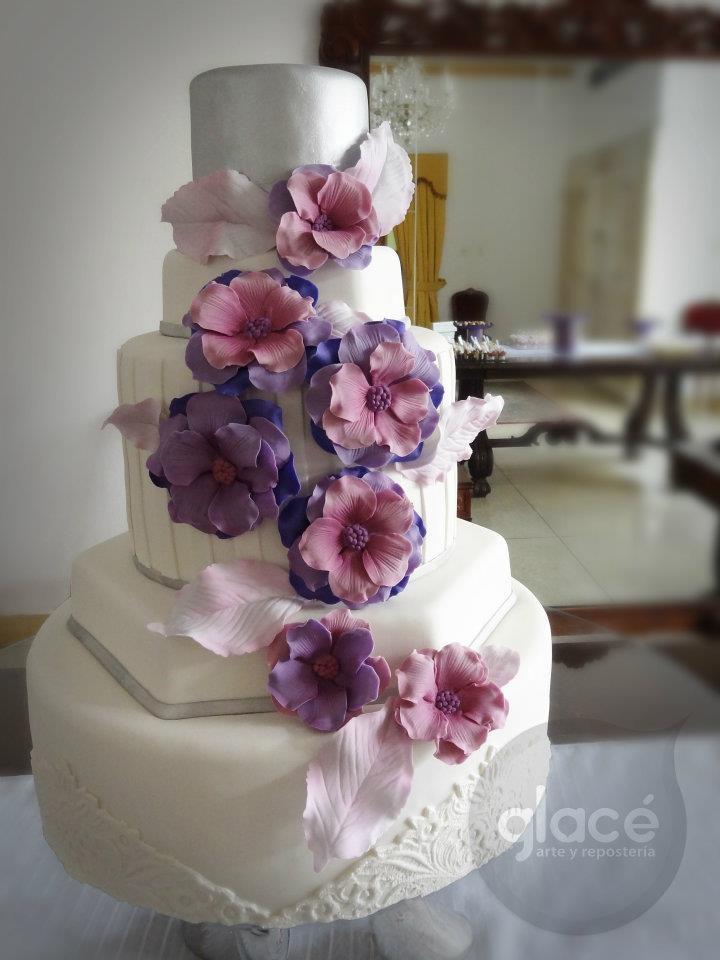 Torta de boda blanco, lila y plateado con flores en azucar hechas por Glacearte!