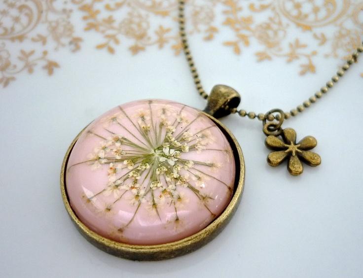 unsere Dillblüten Amulett-Ketten gibt es auchin vielen weiteren Farben in unserem shop, siehe Gesamtbild Nr. 3 :)    ❉ großes, kuppelförmiger Vinta...