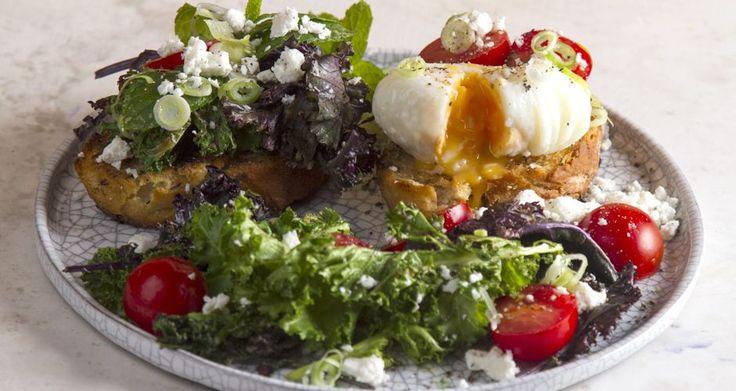 Φανταστική συνταγή για τοστ με κέιλ, τοματίνια και αυγά ποσέ από τον Άκη Πετρετζίκη. Φτιάξτε δικό σας σπιτικό τοστ για πρωινό, δεκατιανό ακόμα και για βραδινό!