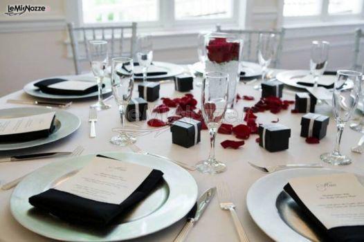 http://www.lemienozze.it/operatori-matrimonio/catering_e_torte_nuziali/ville-romane-catering/media/foto/25 Nero e rosso, i colori di una mise en place carica di eleganza e passione: guarda tutti gli altri consigli per allestire i tavoli del ricevimento!