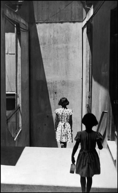 Sergio Larrain CHILE. Valparaiso. Passage Bavestrello. 1952. Valparaíso es el principal puerto de Chile.  Allí realizó una serie de fotografías que son consideradas por muchos como las mejores  que se hayan realizado sobre este puerto.