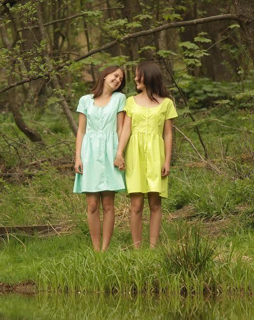 Košilové šaty svěže zelené Košilové šaty jsou ušité z jemného, ale hustě tkaného bavlněného popelínu, tudížnejsou průsvitné. Barva: svěže zelená, zelené jablko, potisk s jemnými oválky. Zapínání na knoflíčky, kulatý výstřih, krátký rukávek a volnější pohodlný střih. VelikostS-34/36, vhodné pro košíčky A/B. Látka je ručně předepraná ve ...