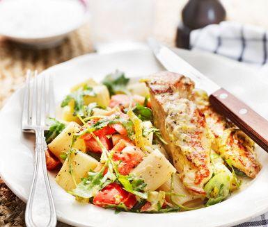 Detta jättegoda och snabblagade recept på pestokyckling gör du genom att låta brynta kycklingfiléer koka i en blandning av purjolök, grädde och pesto. Ät din saftiga kyckling med pasta eller kanske frästa grönsaker och bröd.