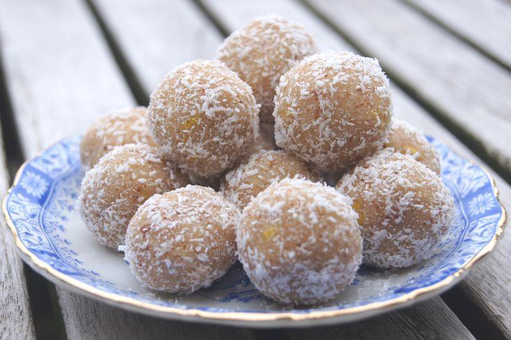 Heerlijk receptje voor glutenvrije Rauwe Citroen-Kokos Balletjes, die je kunt serveren bij de thee of gewoon als gezond tussendoortje kunt eten. Recept >