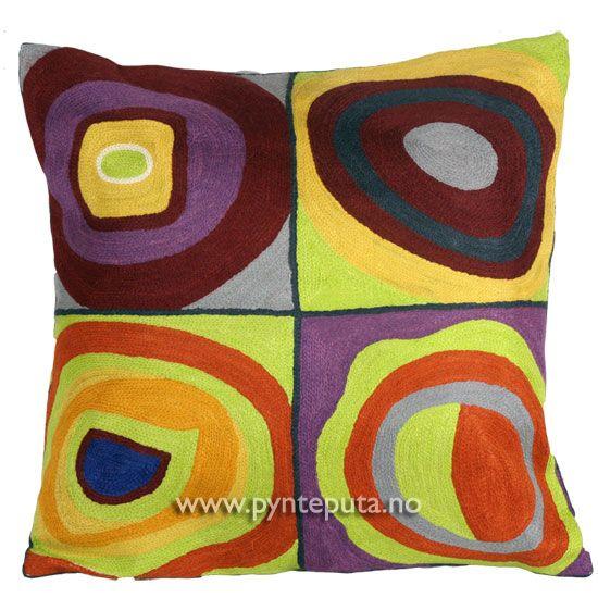 """Pyntepute """"Kvadrat 2"""". Det abstrakte uttrykket, og de friske fargene skaper en spennende detalj i interiøret ditt. Putetrekket er brodert i ull og mange lekre farger, blant annet blå, mintgrønn, brun-oransje, gul, lilla, lyseblå, hvit og mørk blågrå. Fra nettbutikken www.pynteputa.no. #pyntepute #pynteputer #sofaputer #kandinsky #farger"""