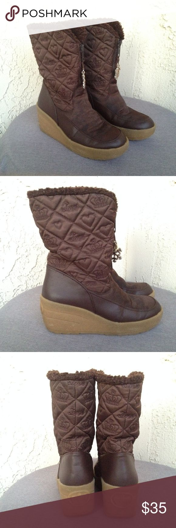 """Juicy Couture Brown Quilted Logo Snow Wedge Boots Juicy Couture Women's Boots Brown Nylon Quilted Crown Snowflake Wedges Shoes  Type: Boots Style: Mid Calf / Zip Front / Quilted With Embroidered Logos / Rhinestone Snowflake Zipper Pulls / Wedges / Snow Rain Boots / Mukluks Brand: Juicy Couture Size: 7 Heel Height: 2.5"""" Material: Nylon Upper / Faux Fur Insulated Lining / Rubber Sole Color: Brown Condition: Great, Preowned Condition - Minor Cracking at Toes - Please See Photos. Country of…"""