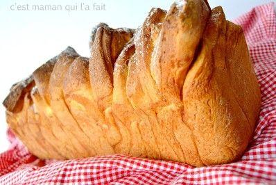 Voici une recette de brioche à effeuiller plus connue outre atlantique sous le délicieux nom de «pull appart loaf» (pain à tirer en morceaux) qui bien qu'un classique de la blogosphère mérite que l'on y revienne …souvent,