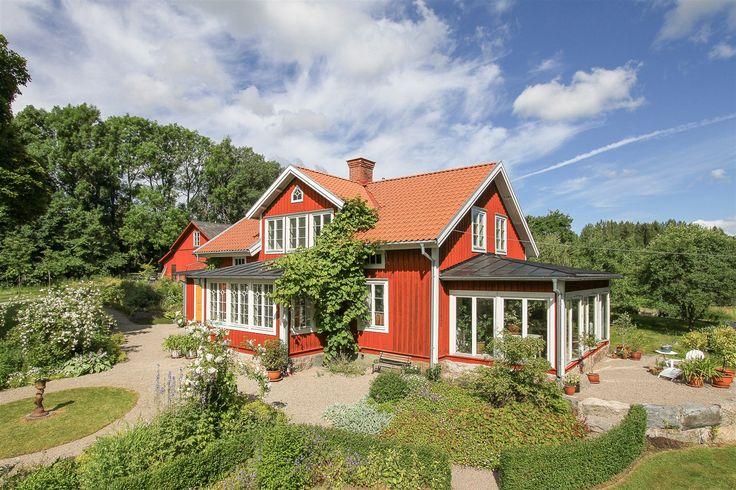 På husets framsida finns en fin glasveranda med vackra detaljer. På gaveln finns en stort inglasad vinterträdgård, isolerad och med golvvärme.