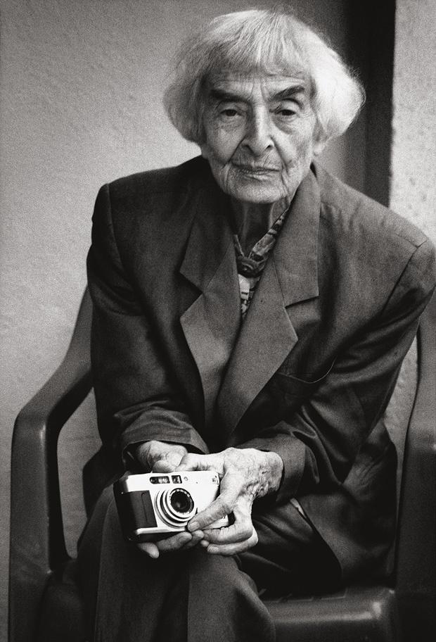 ellen auerbach, photographer – portrait by stefan moses