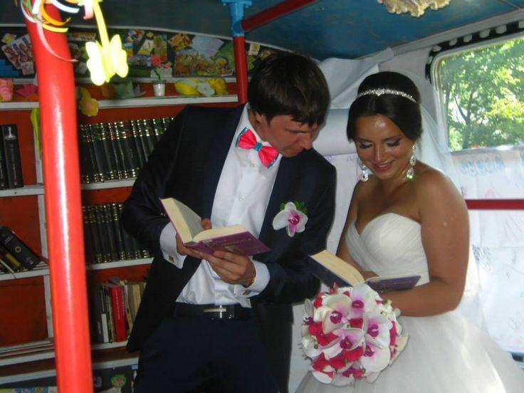 O surpriză plăcută a zilei - prezenţa la Trolleybook a unor tineri ce-și serbau căsătoria, alături de câţiva invitaţi, pentru a face poze şi pentru a răsfoi cărţi de dragoste. Am constatat cu mândrie că Trolleybook-ul serveşte drept decor pentru albumul de nuntă a însurăţeilor. - la Biblioteca Targu-Mures.