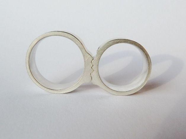 Raffinierte Trauringe in Silber, die beim Zusammenlegen ein küssendes Paar darstellen/ wedding rings in the form of a kissing couple made by kaete-fraas via DaWanda.com
