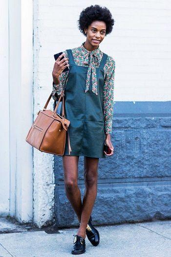 O vestido avental, junto com o slip dress, promete ser o hit da temporada.