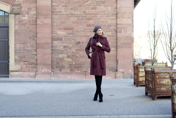 Outfit: 'Bordeaux and Black' | moodforstyle.de - Fashion, Food, Beauty & Lifestyle Blog | Coat: Hugo by Hugo Boss | Sweater: Petit Bateau | Jeans: Zara | Boots: Zara | Bag: Furla | Basque beret: Loevenich | Alter Schlachthof Karlsruhe