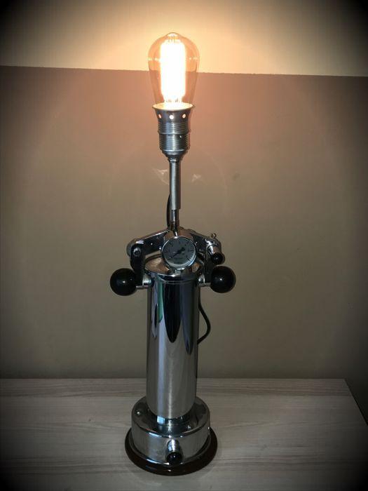 Upcycling object Steampunk Teslapunk Edison Lamp licht  Ik hou van kunst waar oud en nieuw komen samen. Deze Edison lamp is Steampunk en vintage geïnspireerde (bijna top chrome voorwaarde) ondersteund door een oude tijd stoom sterilisator tandarts tool uit de jaren 60 uit Duitsland geconverteerd naar een hanglamp met Edison lamp. Het interieur bleef onveranderd en slechts een licht is toegevoegd. Dit is een uniek object met een nostalgische gloeilamp - eigendom niet door veel en met een zeer…