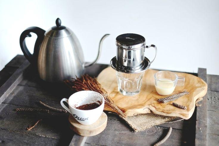 """Saya menjulukinya """"kopi kesabaran"""", karena untuk menikmatinya harus menunggu tiap tetes yang mengalir dari filternya. KITA mungkin telah banyak melihat Vietnamese DripCoffee hampir di seluruh kedai kopi yang kita singgahi. Minuman kopi asal Viet Nam yang kini popular di Indonesia adalah salah …"""