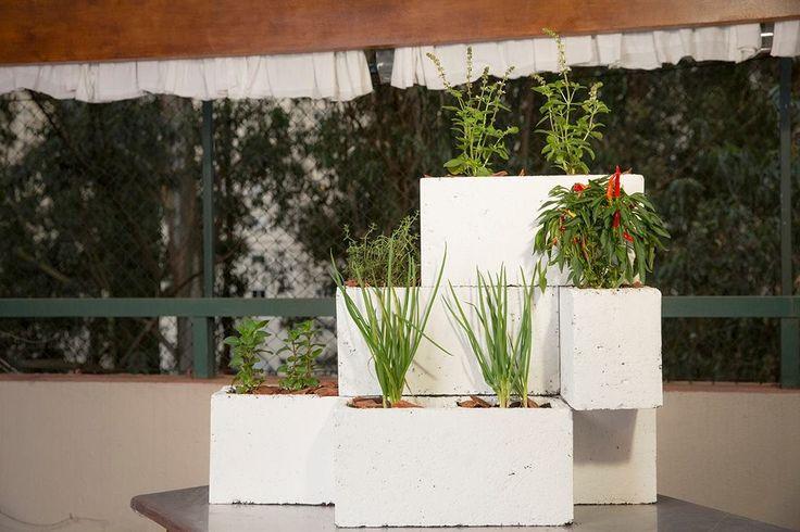Aprenda a fazer um horta vertical com tijolos