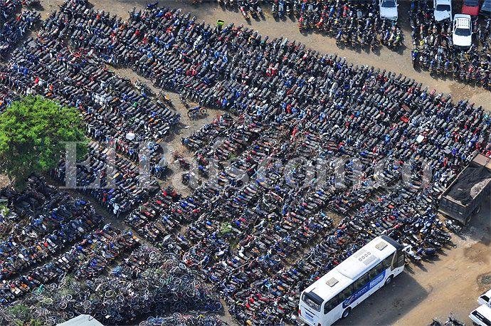 Miles de motos permanecen a la espera de sus dueños en uno de los patios de Tránsito en el oriente de Cali. Imágenes del lado inédito de las noticias de esta semana en la capital del Valle del Cauca y la región:  http://www.elpais.com.co/elpais/cali/fotos/imagenes-vea-lado-inedito-noticias-esta-semana-cali-y-region-0