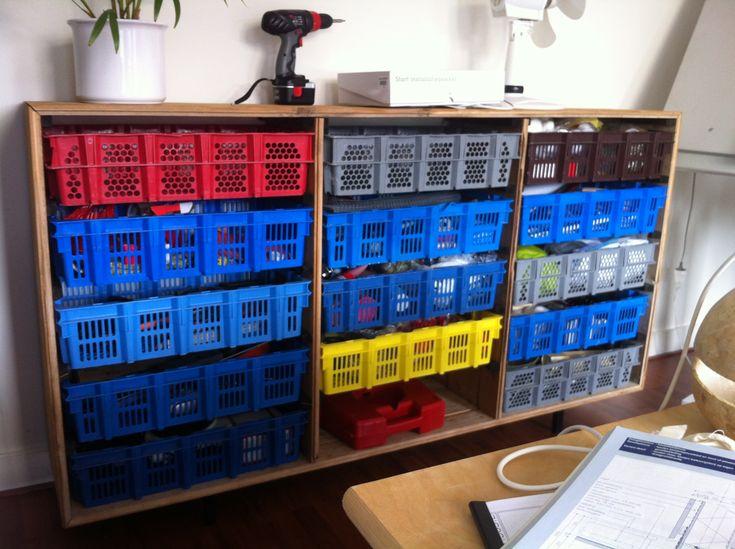 Deze kast heb ik gemaakt van zoveel mogelijk hergebruikte materialen.