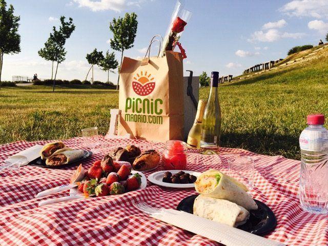 Lugares y sitios especiales en Madrid donde hacer un picnic en familia, en pareja o con amigos, gracias a Picnic-Madrid.com Camembert Cheese, Madrid, Dairy, Drinks, Food, Travel, Romantic Picnics, Places, Decorated Binders