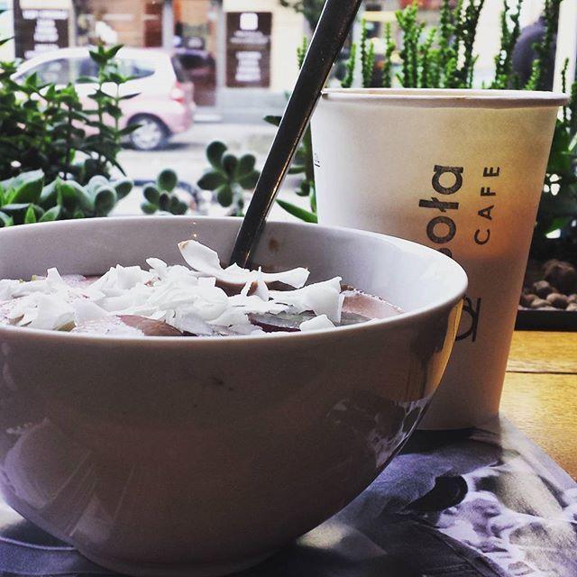 Czeko-śliwkowa jaglanka z płatkami kokosowymi i winogronami. I z widokiem na rowery. @wesolacafe 💕 #najlepiej #breakfast #vegan #millet #smoothie #coconut #chocolate #plum #grapes #cracowbreakfastspots