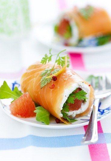 Roulés de saumon mariné au chèvre frais : saumon fumé + coriandre + chèvre frais + pamplemousse + baies roses + roquette