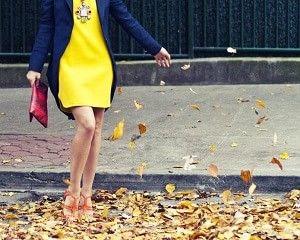 黄色のワンピースとジャケットと靴の着こなしコーデ