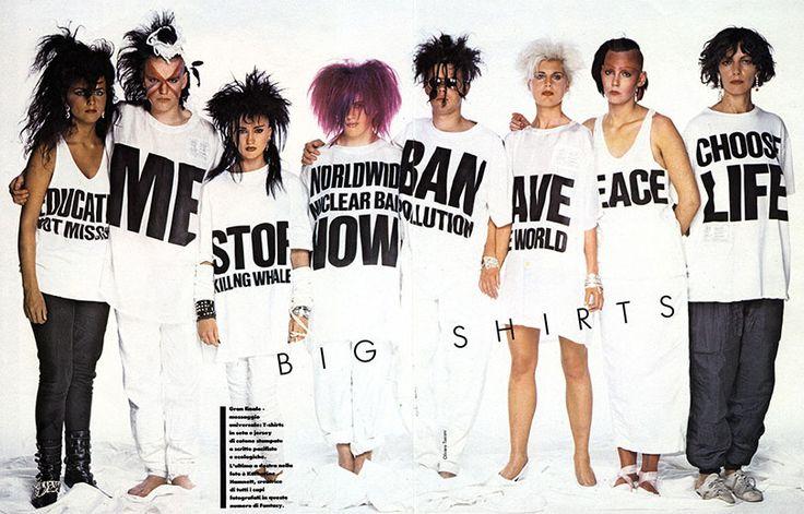 Quando a gente fala de camiseta-slogan, não dá pra esquecer a referência-mor: Katharine Hamnett. Esse clique é de 1984 e a própria Katharine é a última à direita