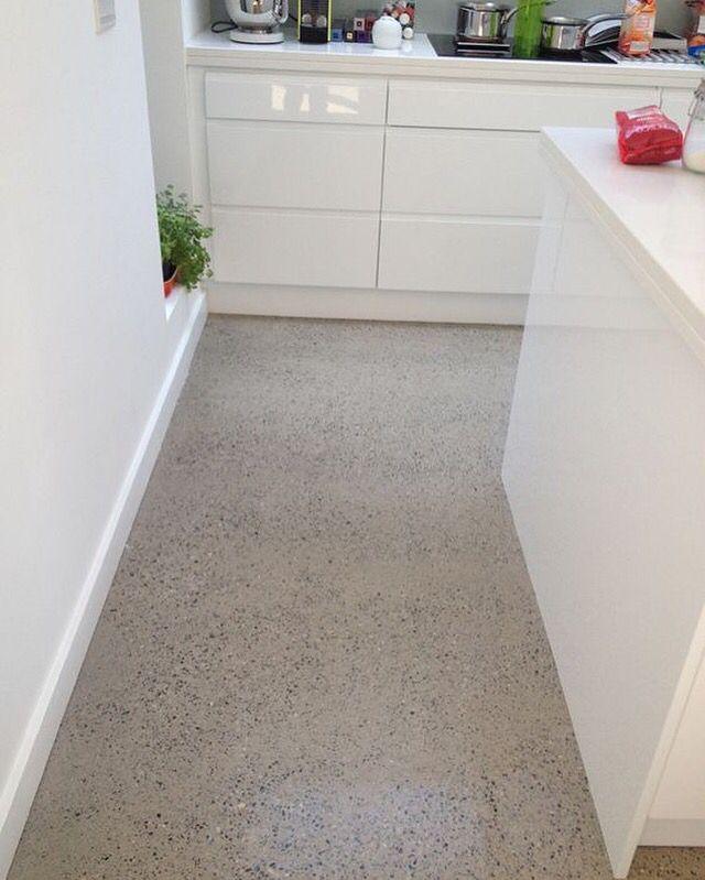 Kitchen floor with flakes. Floor by COLOTA #floor #resinfloor #pouredfloor #castfloor #screed #interior #kitchen #kitchenfloor #housedecor #architecture #architect #keuken #keukenvloer #gietvloeren #colota #colotagietvloeren #mataj #matajvloeren #madeinbelgium www.colota.be