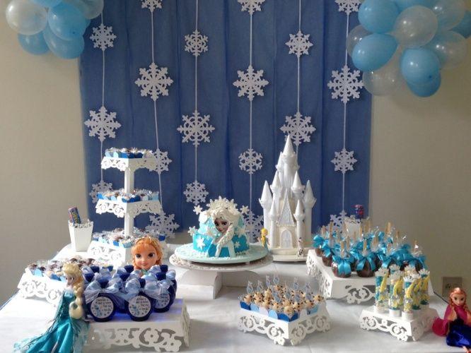 """A mesa para essa festa de menina inspirada na animação """"Frozen"""" foi decorada pela Danisa Festas e Eventos (www.danisafestaseventos.com.br). O bolo e o castelo foram enfeitados com pasta americana pela Fake Cake (www.facebook.com/pages/Fake-Cake/303785756457459)"""