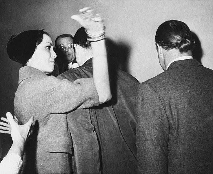 IlPost - L'attrice Anna Kashafi dà uno schiaffo a Marlon Brando, dopo un'accesa udienza in tribunale dove erano stati discussi i dettagli della loro separazione, tra cui la cui la custodia dei figli, nel 1961 (AP Photo/Los Angeles Times) - L'attrice Anna Kashafi dà uno schiaffo a Marlon Brando, dopo un'accesa udienza in tribunale dove erano stati discussi i dettagli della loro separazione, tra cui la cui la custodia dei figli, nel 1961  (AP Photo/Los Angeles Times)