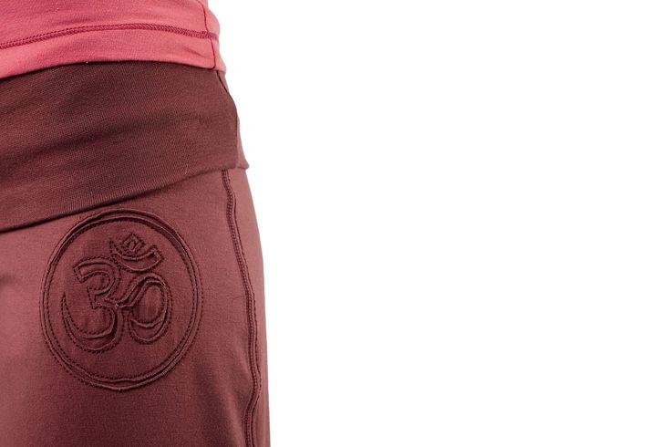 """Mandala, Roll Over Pant: Kalhoty mají rovný, tzv. válcový střih a jsou moc pohodlné a příjemné na cvičení. Vyrobeny jsou ze strečové bio bavlny, takže jsou nejen příjemné na dotek, ale také umožňují tělu pohybovat se bez omezení. Těsně pod přehnutým lemem najdete symbol """"óm"""" - abyste ani na vteřinu nezapomněli, že je právě čas na lekci jógy!"""
