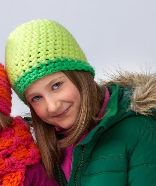 S8535 - Es geht auch ohne Bommel - aber nicht ohne Mütze. Diese Häkelmütze für Kinder besticht durch knallige Farben - und durch einen peppigen Leuchteffekt im Dunkeln. Diesen verdankt sie Schachenmayr Lumio, das auf der Hitliste der beliebtesten Garne bei Kindern ganz weit oben steht. Greifen Sie zur Häkelnadel - und im Nu haben Sie dieses neue Lieblingsaccessoire für Ihren Nachwuchs fertig! #LumioWolle