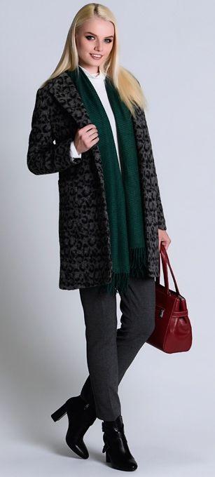 Синее пальто, серые брюки, зеленый шарф, красная сумка, черные ботильоны