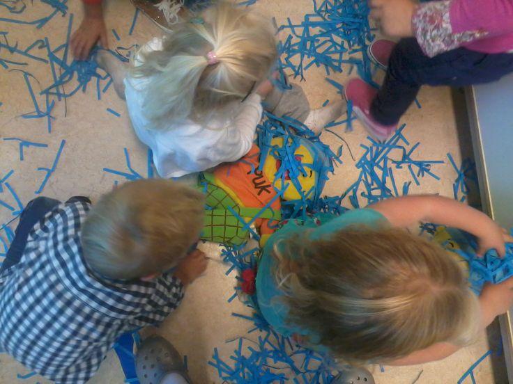 spelen met papiersnippers.. het regent!