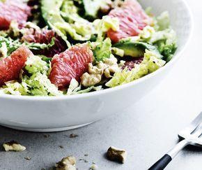Blød avocado, syrlig grape, knasende kål og bitre valnødder. Du kan supplere med kogte hvedekerner, linser eller bønner for at give mere fylde.
