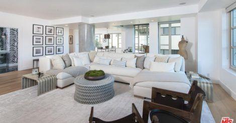Em 2015 postei aqui que a Kendall Jenner tinha comprado sua primeira casa própria, na realidade um apartamento de 3quartos em Los Angeles. Na época era tudo novo e agora, mais rica and poderosíssima, Kendall colocou a morada à venda por u$1.6MI e a gente consegue ter acesso à decoração verdadeira da top e é […]