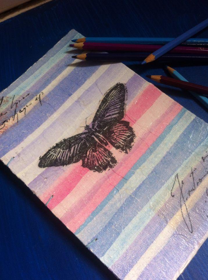 Cuaderno tapa dura, cosido a mano con encuadernación copto, hojas lisas y tapa de diseño único. USD 15.