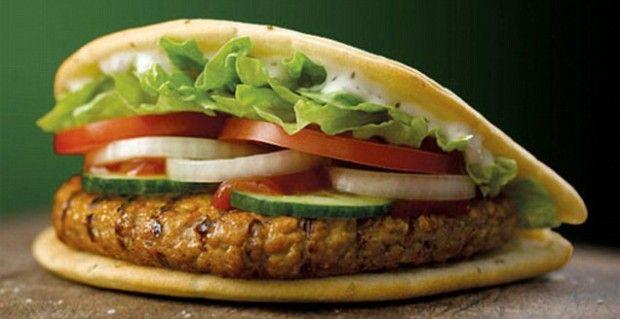 Burger King lancia, per ora solo nel Regno Unito, un  hamburger di carne di agnello e si tratta della prima volta che una catena di fast food propone un'alternativa al solito manzo. Il Lamb flatbread si ispira ovviamente  al kebab: non solo è molto speziato ma viene servito con il classico pane arabo. I nutrizionisti inglesi storceranno il naso perché il kebab burger, salse comprese, raggiunge ben 708 calorie contro le 325 del classico cheeseburger e le 490 di un Big Mac