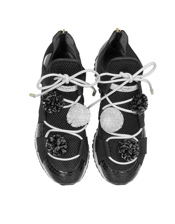Sneakers dal design minimal realizzate in elaphe nero e tessuto elasticizzato dotate di chiusura con lacci e pon pon. Interno foderato in pelle. Suola alta in gomma. www.italianist.com