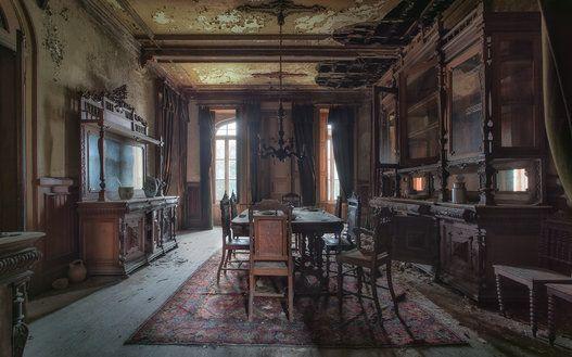 Des maisons abandonnées, mais encore pleines de vie
