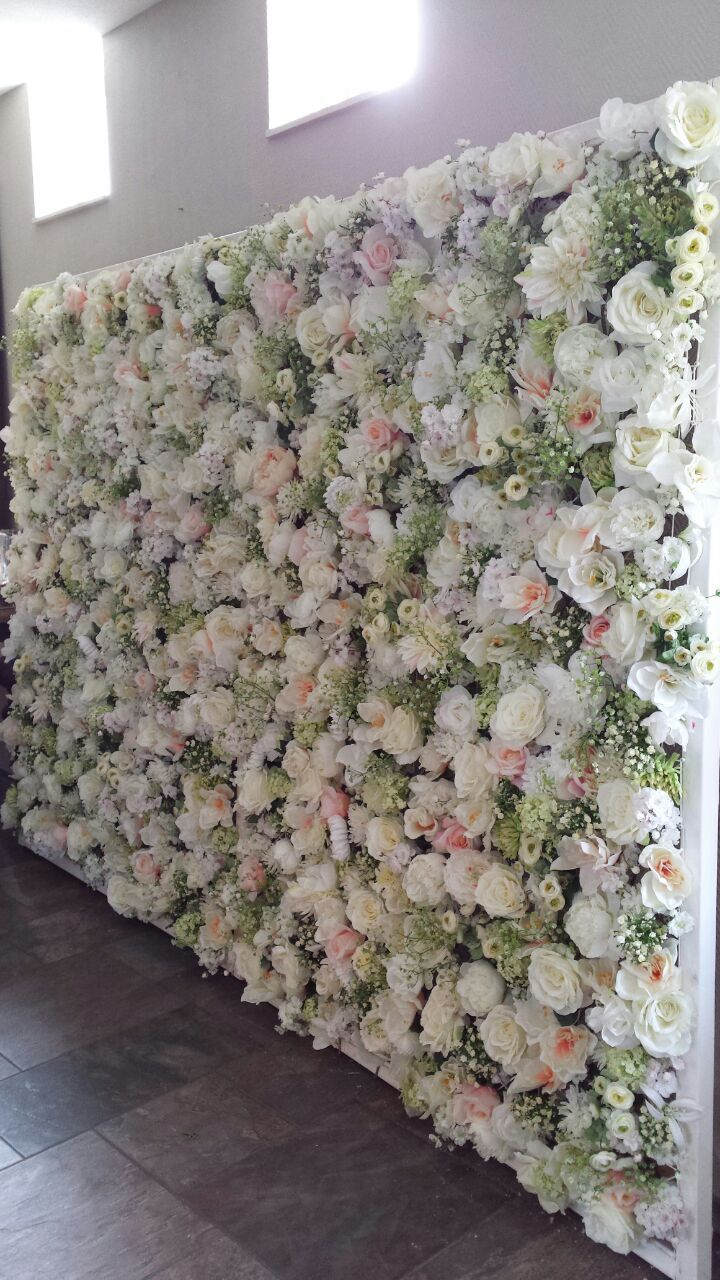 Bruidswand met bloemen