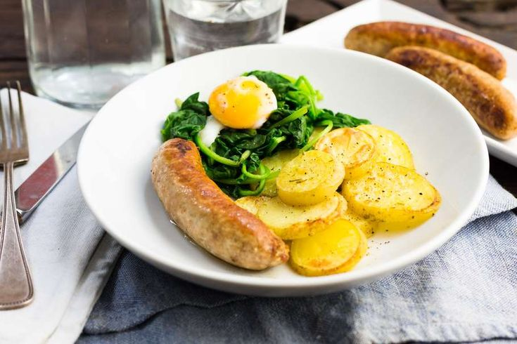 Recept voor in bouillon gegaarde aardappelschijfjes voor 4 personen. Met zout, boter, water, olijfolie, peper, braadworst, aardappel, spinazie, ei, groentebouillonblokje en knoflook
