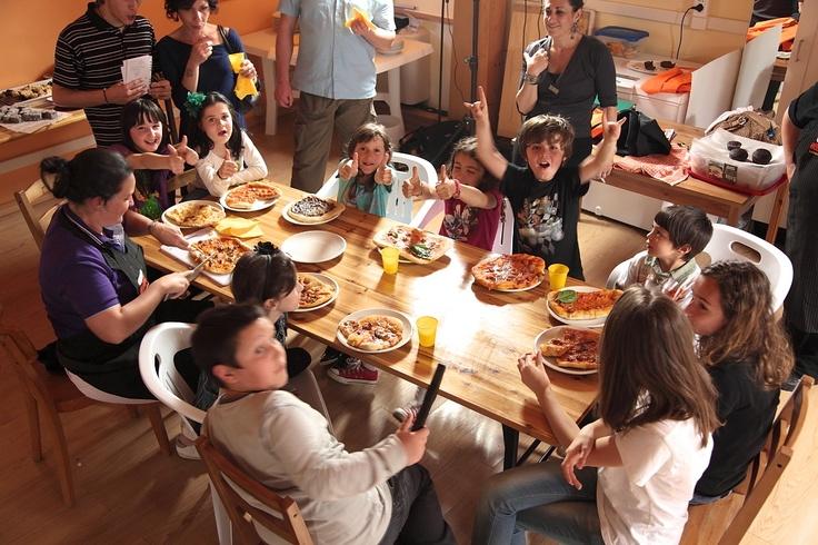 Le foto dei bimbi al CookWeekEnd di Maggio. Cosa sarebbe un CookWeekEnd senza i nostri bimbi?    E' bellissimo vederli pasticciare ed imbrattarsi tutti alle prese con la gara Masterchef Pizza e con le varie decorazioni per i dolci!