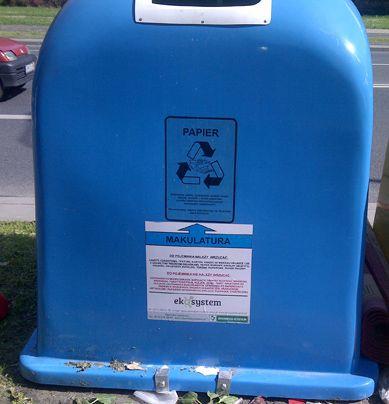niebieski pojemnik na makulaturę. http://www.eko-logis.com.pl/jak-segregowac-smieci-odpady/